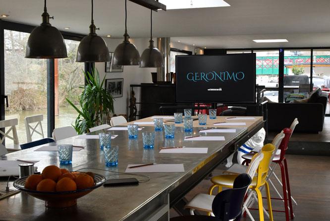 Privatisation d'une péniche pour vos réunions en Seine-ecran